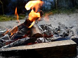 Vorsicht beim Lagerfeuer