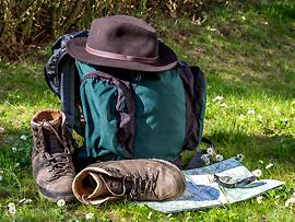 Wanderschuhe, Rucksack, Hut oder Mütze